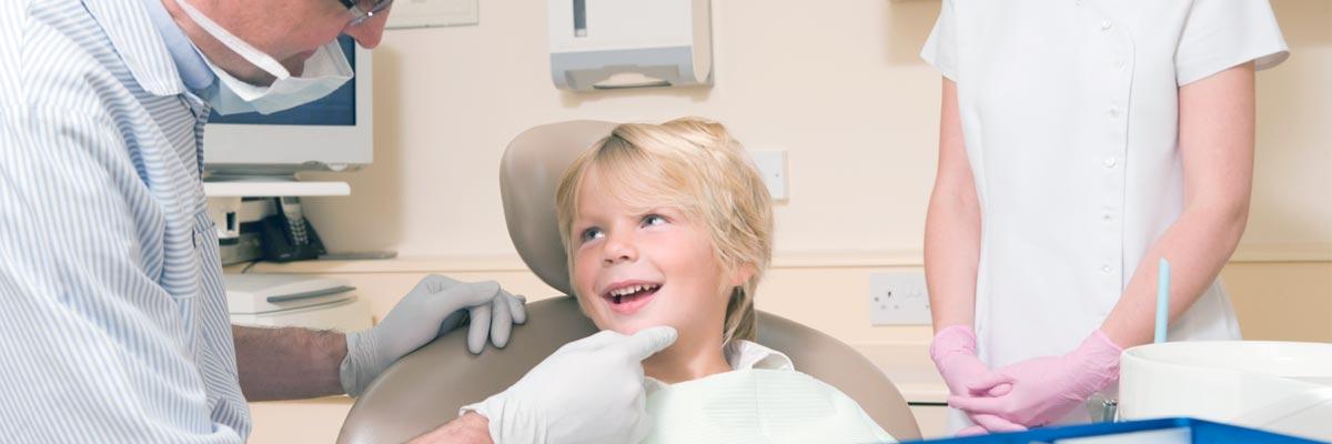 Kind voor het eerst naar de tandarts voor controle