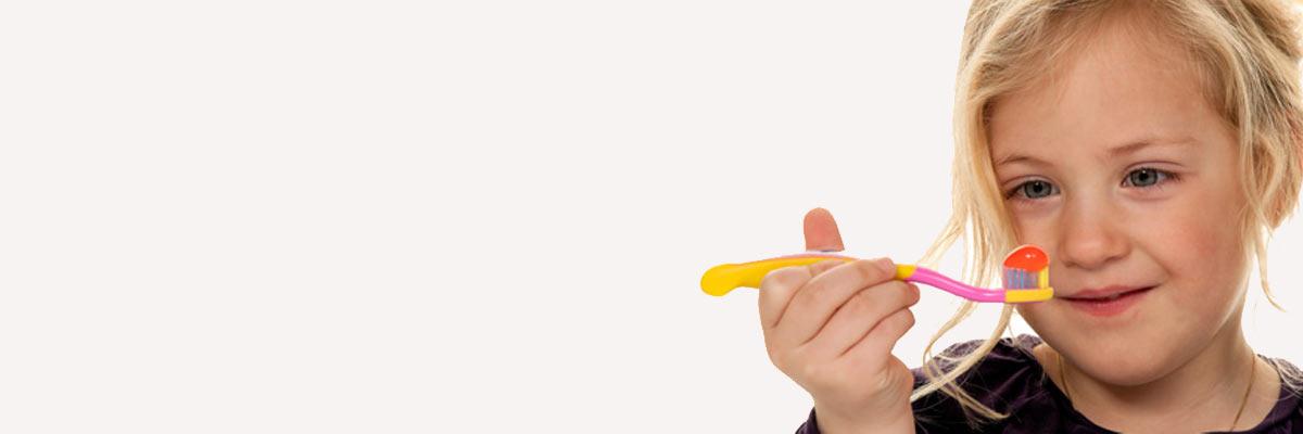 Kinderen hun tanden te laten poetsen: tips vanuit de psychologie